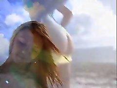Blonde branle en bord de plage une grosse bite