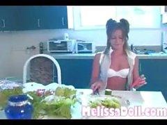 Une québécoise joue avec un concombre et une carotte