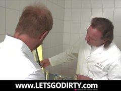 Der Doktor und sein Assistent ficken die Patientin
