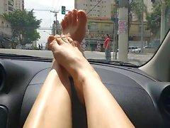 Minha irma cacula exibe pezinhos carro e meu marido dirige