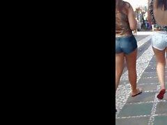 Novinha com Shortinho Branco mostrando polpinha da bunda!