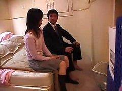Seductive Japanese babe wraps her luscious lips around a ha