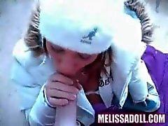 Melissa Doll est tellement excité qu'elle fourre dehors en hiver