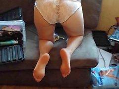 Minha irma cacula de quatro com calcinha rendada