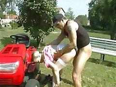 Baisee sur le tracteur rouge