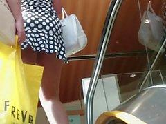Upskirt na lorinha de vestidinho na escada rolante!