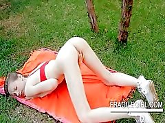 Teen stunner Gloria rubs pink clit in close-up outdoor