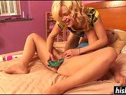 Blodne beauties enjoy some sex toys