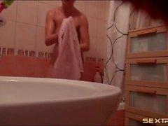 Webcam girl gets clean in the bathtub